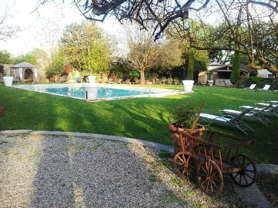 Château d'Arpaillargues : l'espace piscine et jacuzzi