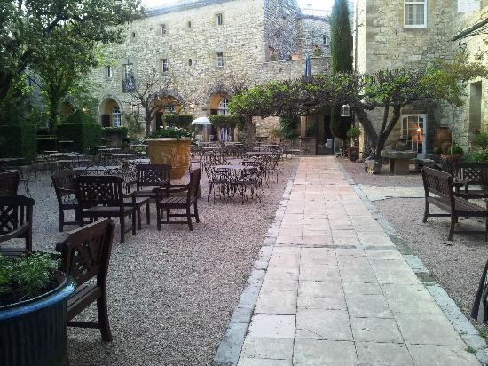 Château d'Arpaillargues : l'entrée de l'hôtel