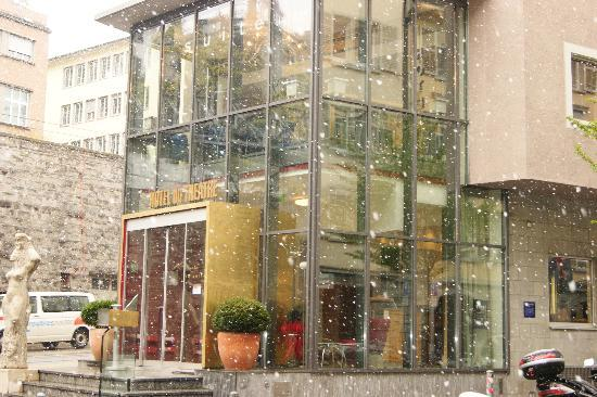 Hotel du Theatre: View from Hotel entrance when snowing