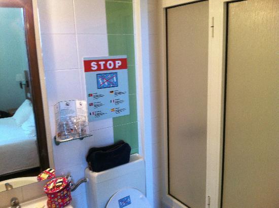 Pensao Praca da Figueira: la cabina doccia