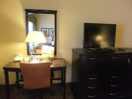 La Quinta Inn & Suites Dublin - Pleasanton: work desk and flat tv