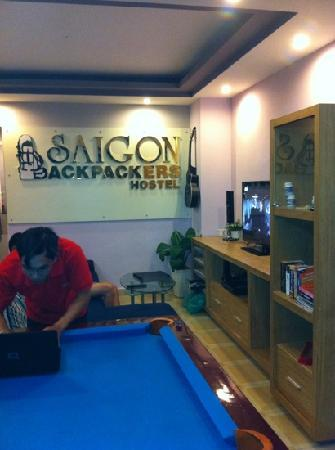 Saigon Backpackers Hostel @ Pham Ngu Lao: reception and tv area with pool table