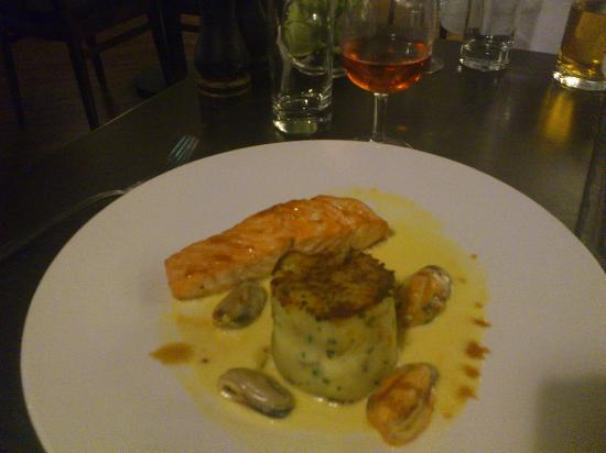Othello's Bar Brasserie: Scottish Salmon in Mussel Broth