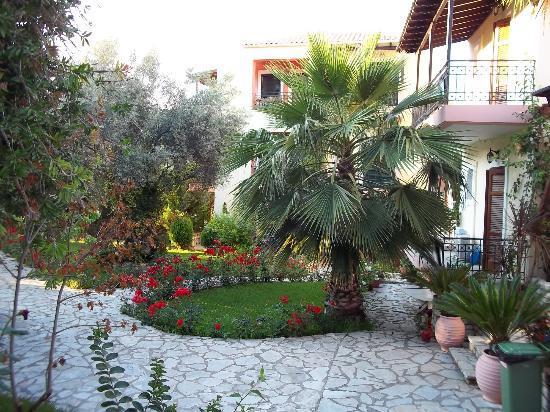 Philippos Hotel Apartments: Parte del giardino difronte alla reception.