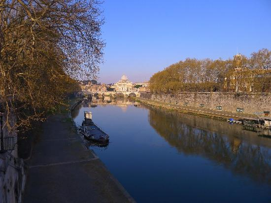 Residenza Canali ai Coronari: View from the bridge at Lungotevere Tor di Nona, the bridge closest to the hotel