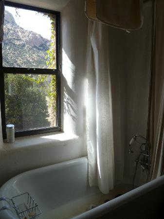 ‪‪Cochise Stronghold, A Nature Retreat‬: Agave Suite Bathtub with a view!‬