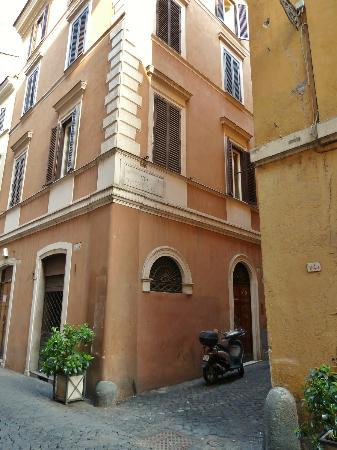 Residenza Canali ai Coronari: The corner of Vie Dei Coronari and Via Dei Tre Archi. The hotel entrance is the door on the righ