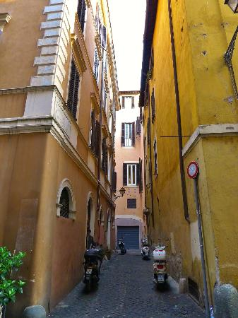 Residenza Canali ai Coronari: Via Dei Tre Archi. The hotel is on the left