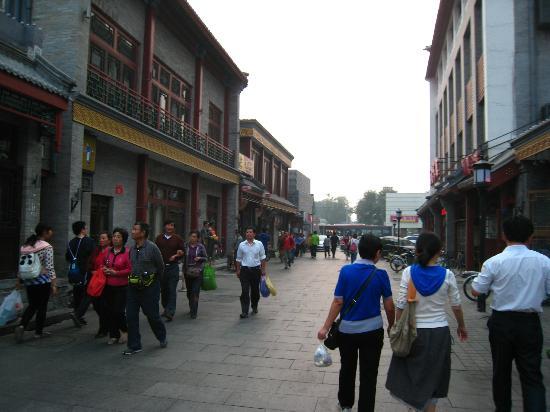 Huguosi Hotel: Street in front of Hotel Huguosi
