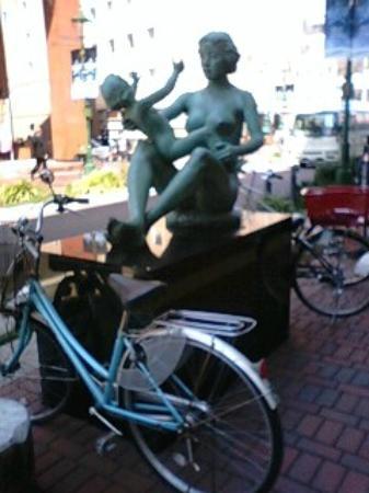 A Monument of Ice Cream: アイスクリーム発祥の地 ~ 周りには自転車が