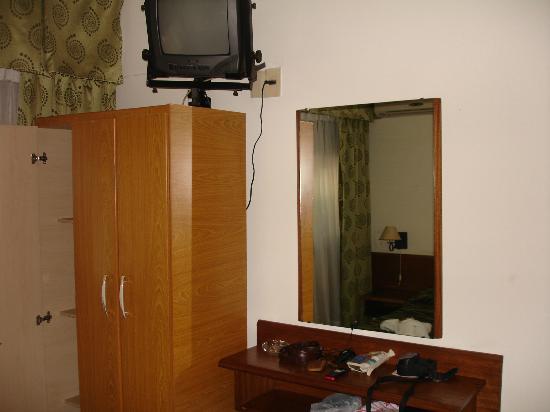 Hispano Hotel: Vista al Plackard, Tv y Espejo