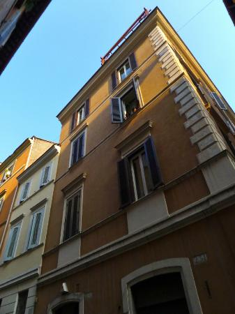 Residenza Canali ai Coronari: View from Via dei Coronari looking up at our room (open window)