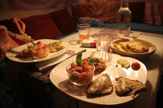 Triskala Cafe: un des délicieux plats: assortiment de possons grillés, ceviche de crevettes et riz au calamars.