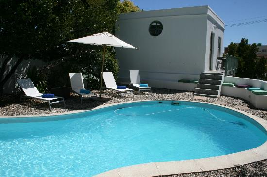 AfricanHome Guesthouse: Pool und Cottage