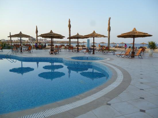Hotel Coral Sun Beach: Swimming pool in front of the beach