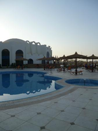 Hotel Coral Sun Beach Resort: Sea view restaurant and open air pool bar