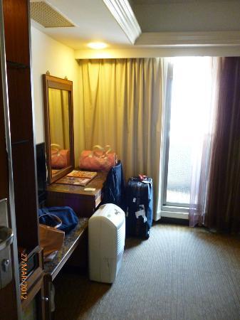 King Shi Hotel : dressing table, way to balcony!