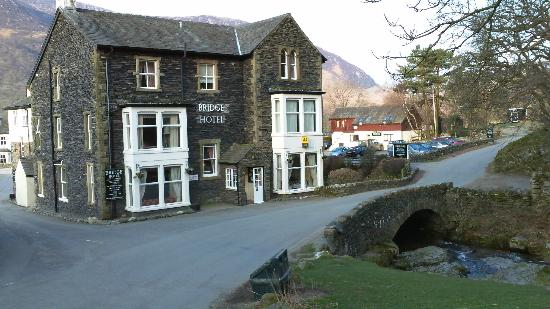 Bridge Hotel: The front of the Hotel, car parking on the right