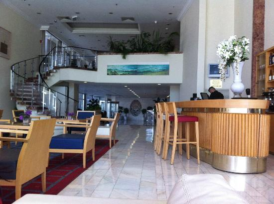 Grand Beach Hotel: lobby and bar
