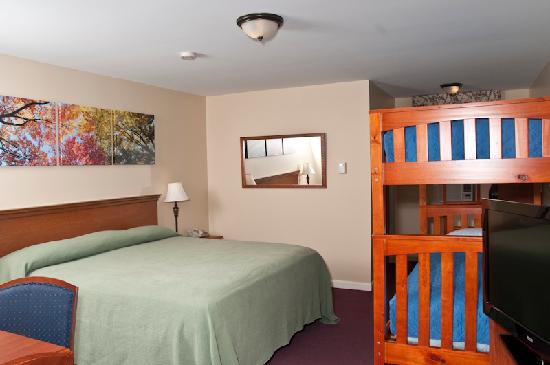 Top Notch Inn: Our new king with bunks
