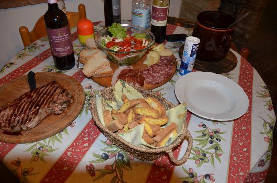Agriturismo Il Vecchio Maneggio: Spuntino per 2 Tagliere & Bistecca,con al seguito Base di chianti 3 bottiglie,vin santo & Tortel