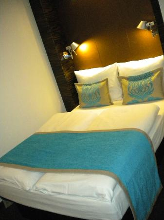 Motel One Nuernberg-City: bed
