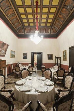 Castello Romeo: Sala con il tetto di legno