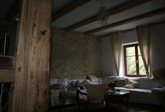 La Maison des 5 Temps - B&B de charme : Le salon des hôtes (mariage de la pierre et des colombages)