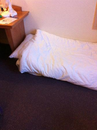 Premier Inn Folkestone (Channel Tunnel) Hotel: This mattress on the floor makes a combined single/double room into a family one...apparently!