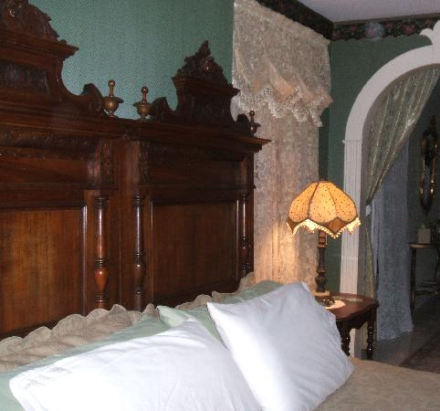 River Edge Mansion Bed and Breakfast: King Bed in Seneca River Room