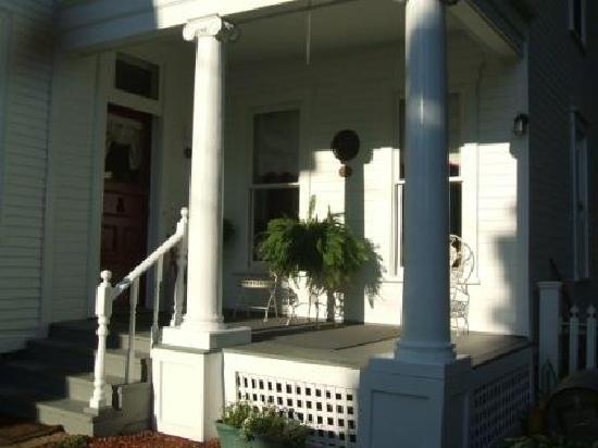 River Edge Mansion Bed and Breakfast: Entry Porch