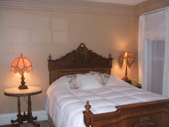 River Edge Mansion Bed and Breakfast: Oswego River Room