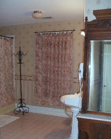 River Edge Mansion Bed and Breakfast: Oswego Room Bath