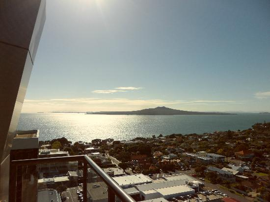 The Spencer on Byron Hotel: Great view of Rangitoto from 19th floor