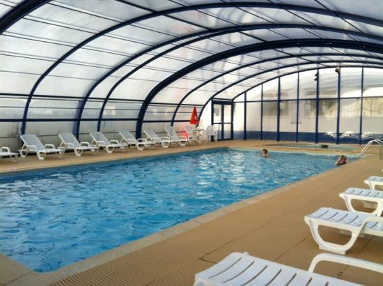 Watergate Bay Touring Park: swimming pool with removable roof