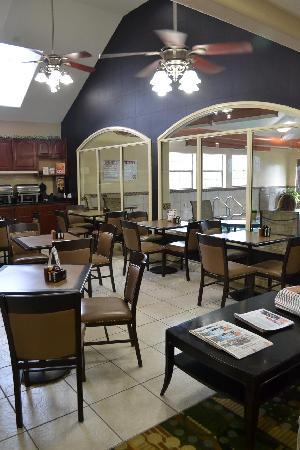 Best Western Plus Tulsa Inn & Suites: Breakfast Area