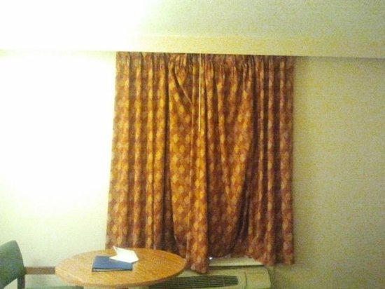 Rodeway Inn I-95 North: Droopy and depressing curtains that don't go all the way across wall