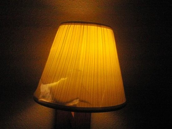 Comfort Inn I-95 North: Broken Lamp shade (but at least this one worked)