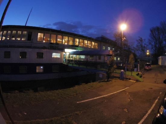 Botel Racek: The entrance at night