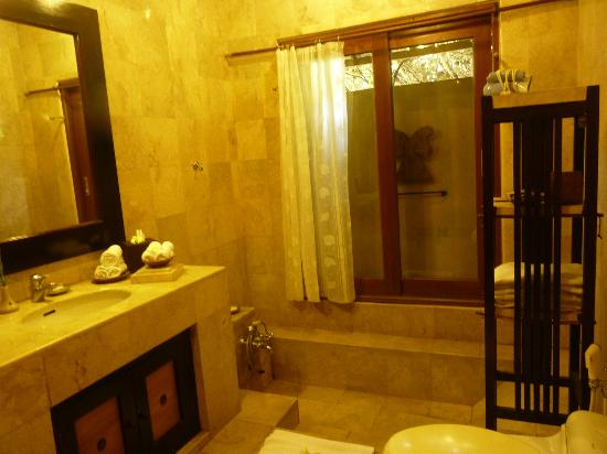 Barong Resort and Spa: clean bathroom