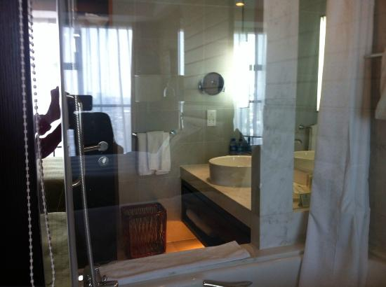 Holiday Inn Beijing Focus Square : bathroom window