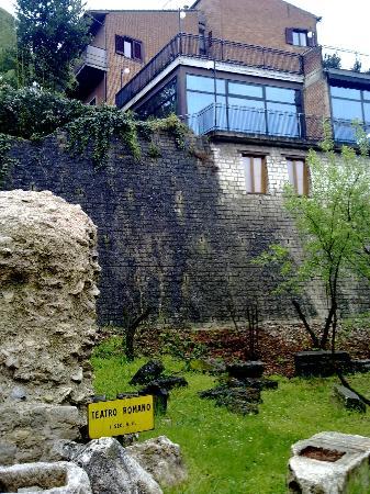 Hotel Dei Duchi: Veranda del ristorante sopra il Teatro Romano
