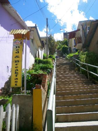 Welcome Cusco Hostel: montée et portail de l'hôtel