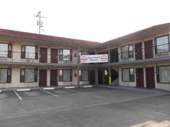 Rodeway Inn: Drive in view