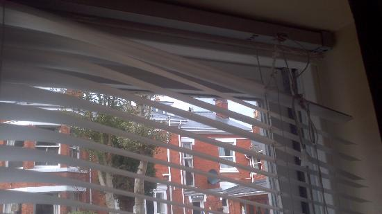 Edgbaston Palace Hotel: Blinds falling off the window. Nice.