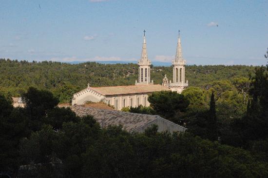 Hostellerie de l'Abbaye de Frigolet : vue des collines autour du site