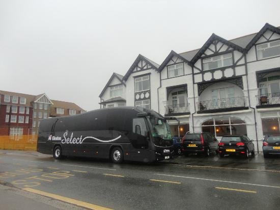 Cliffdene Hotel: The coach parked outside the hotel