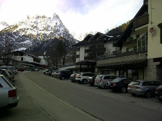Hotel Scesaplana: Vorderansicht vom Parkplatz gegenüber Hotel