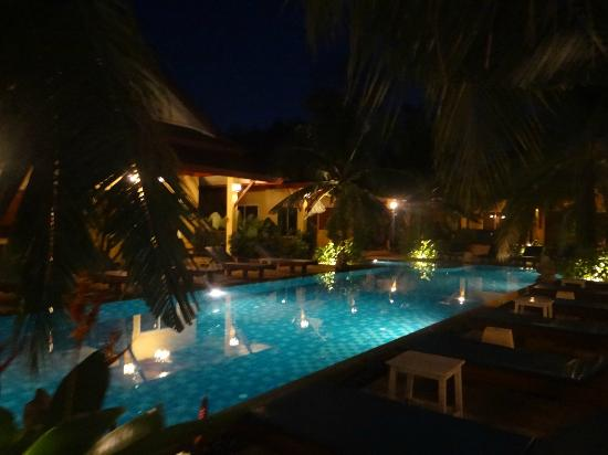 Le Piman Resort: Vue de la piscine la nuit