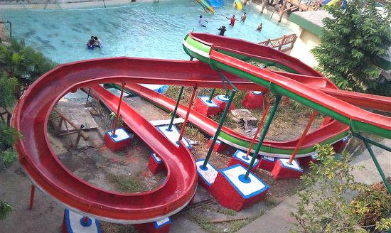 Pali Beach Resort: Slides into the pool